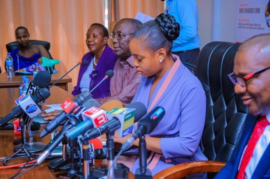 mother-of-conjoined-twins-receives-medical-insurance-from-uba-foundation4